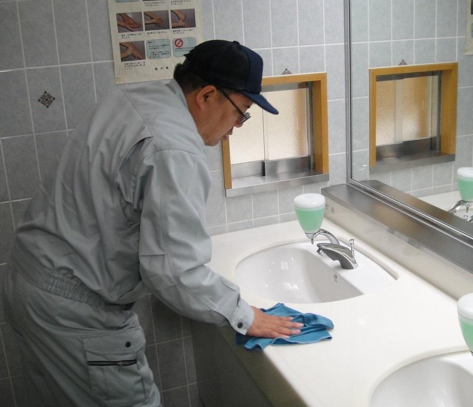 ご要望の頻度、仕様に応じて対応させていただきます。作業は基本複数人(3人以上)で行いますので、清掃現場での滞在時間が比較的短く済むのが特徴です。