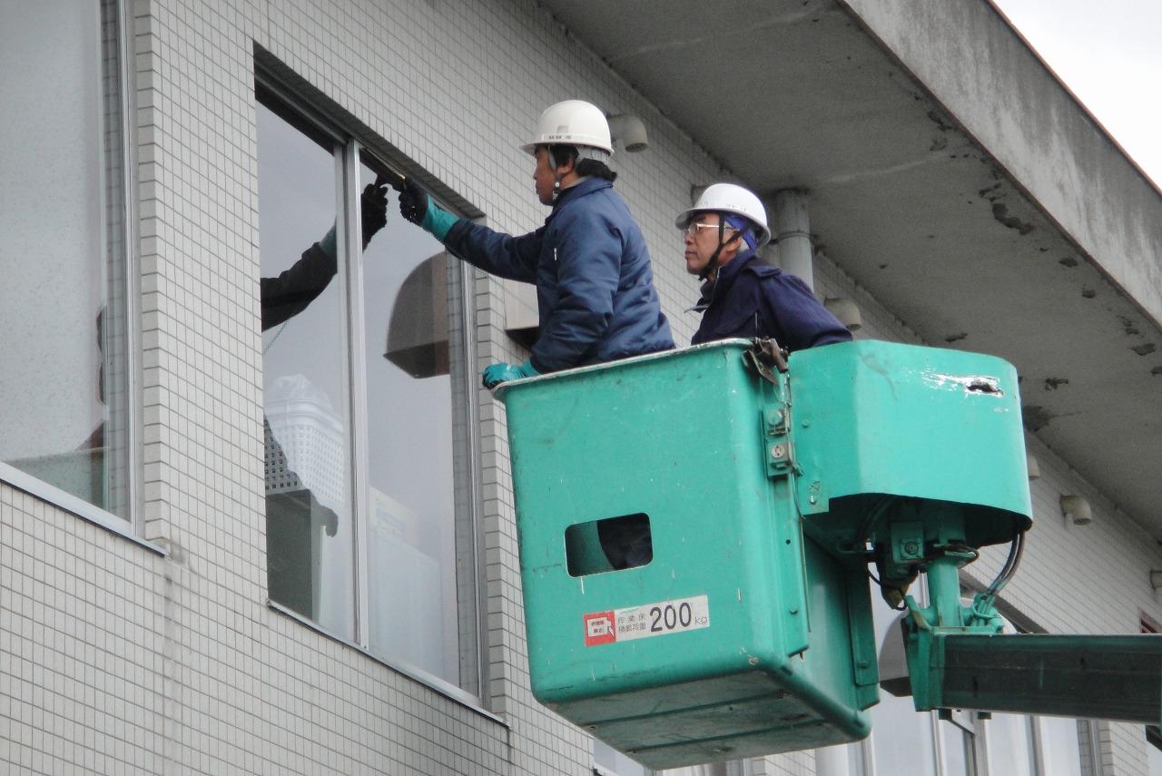 窓ガラス清掃 日常清掃に組み込まれることもありますが、月○回、年○回など定期清掃としても実施しています。作業車を使用して高所の清掃も可能です。